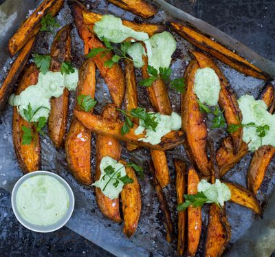 Sweet Potato Fries mit Koriander-Joghurt